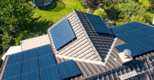 使用光伏系统的电池可使家庭的二氧化碳排放量减少一倍