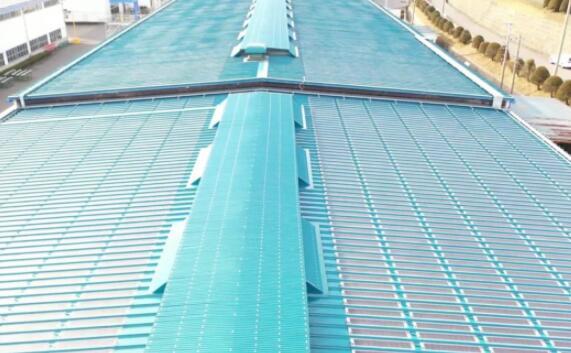 带有金属包裹式太阳能模块的离网屋顶太阳能