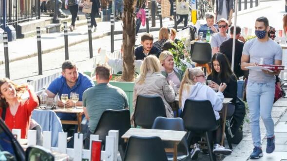 根据爱尔兰当前局势指南显示 允许6名13岁以上的人在室内餐桌用餐