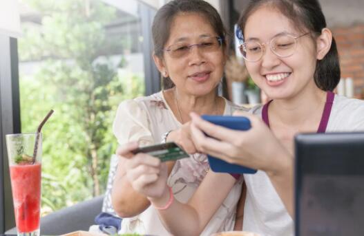你应该为你的大学生共同签署一张信用卡吗