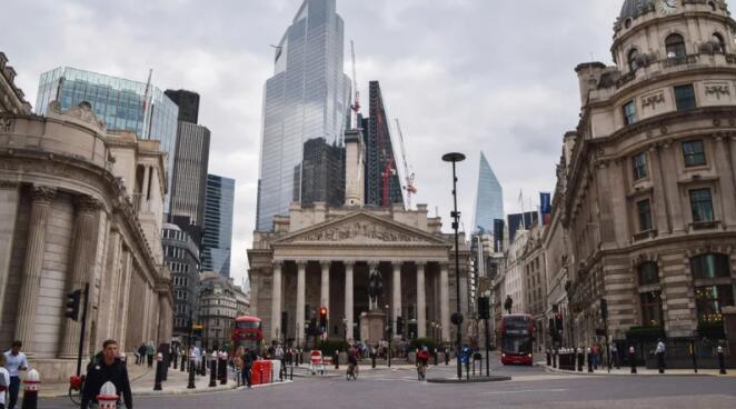 英国经济增长在7月下滑后于8月回升
